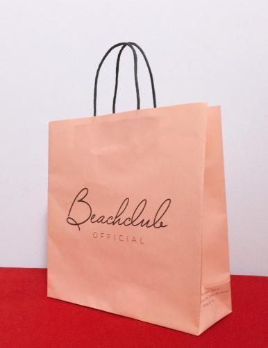 Túi giấy kraft trắng in full hồng dây quai giấy thể hiện sự đơn giản nhẹ nhàng